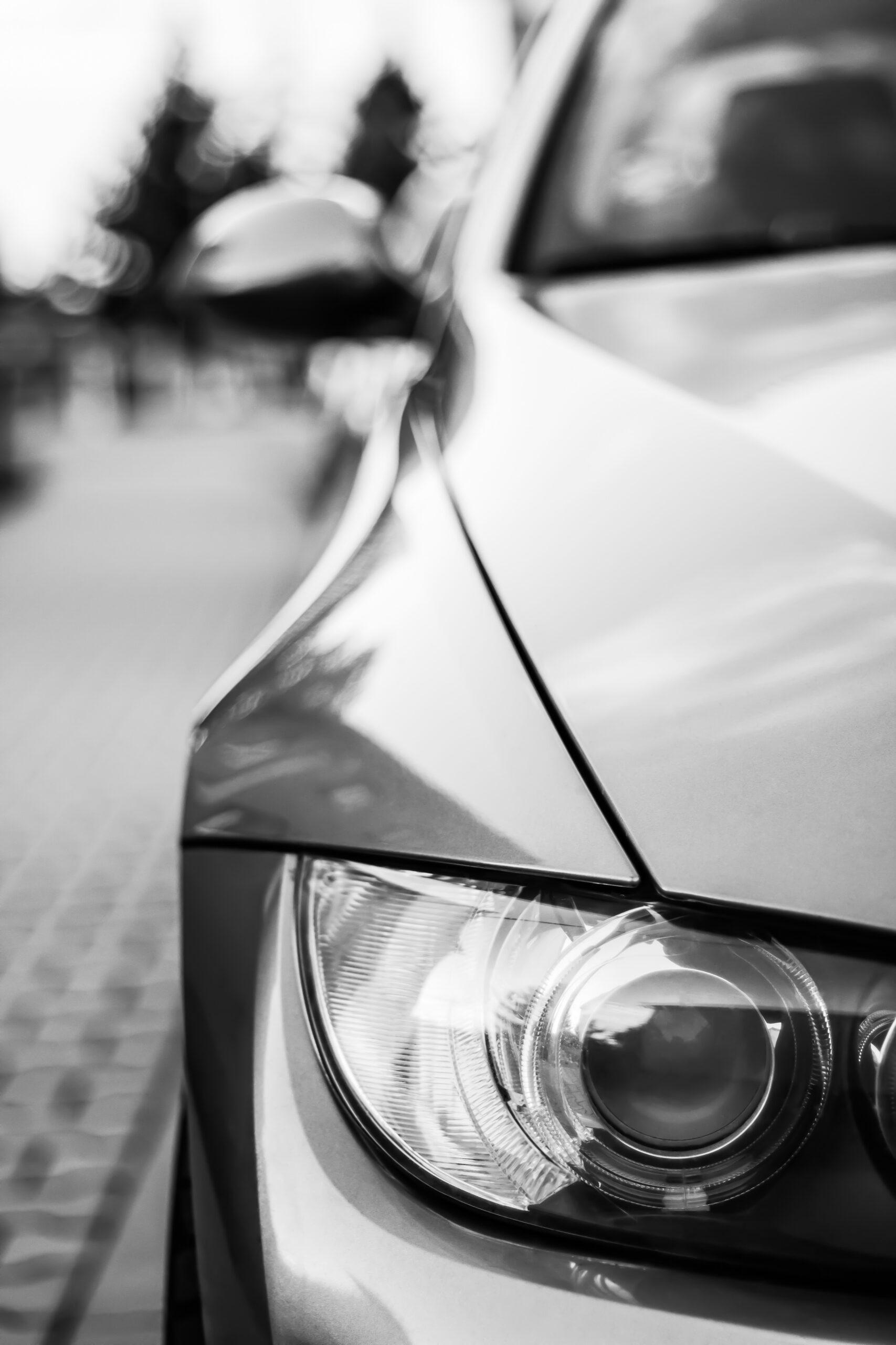 foto detalle en blanco y negro de faro y capo de un coche